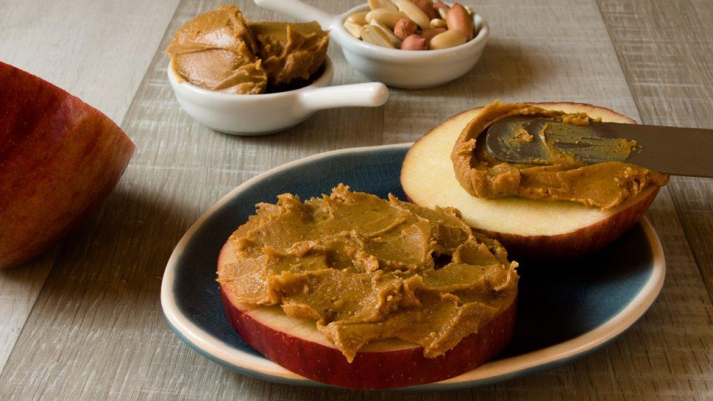 K čemu se hodí oříšková másla? Ovoce, pečivo, ranní kaše a další