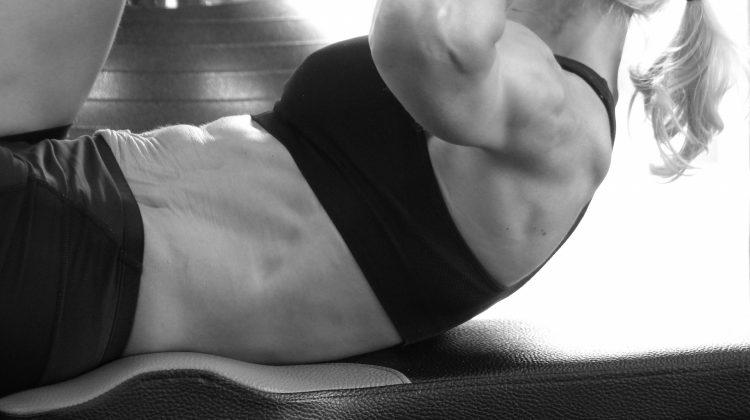 Efektivní cviky na břicho, které vám pomohou k vysněné postavě