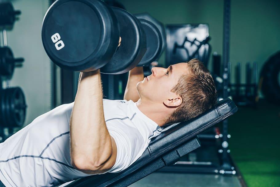 posílení prsních svalů na šikmé lavici