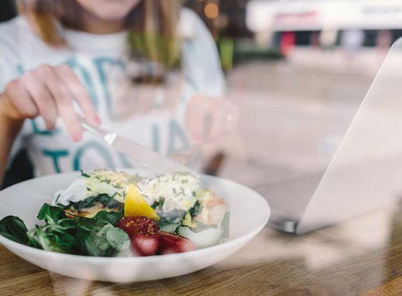 Pestrá strava není důležitá jen pro hubnutí, ale i pro imunitní systém. Které potraviny jej posilují nejvíce?